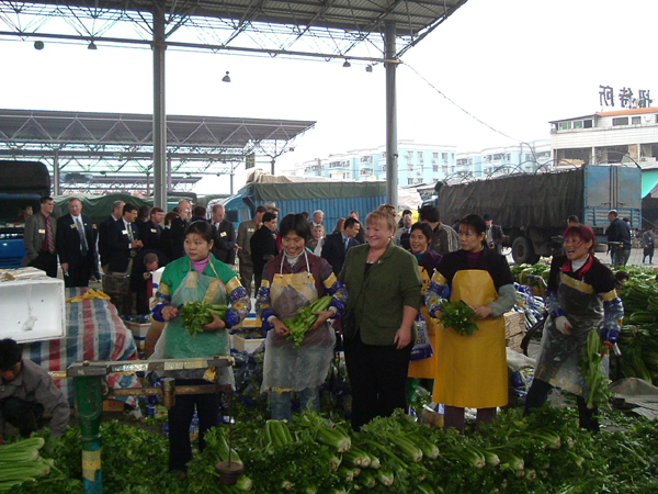 guests visit Guangzhou Jiangnan Fruit and Vegetable Wholesale Market